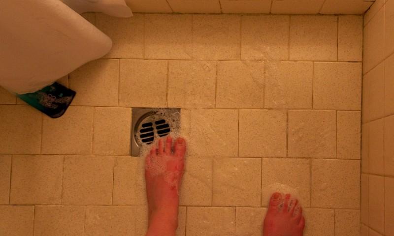 4x ontstoppen – de beste tips tegen een verstopt doucheputje