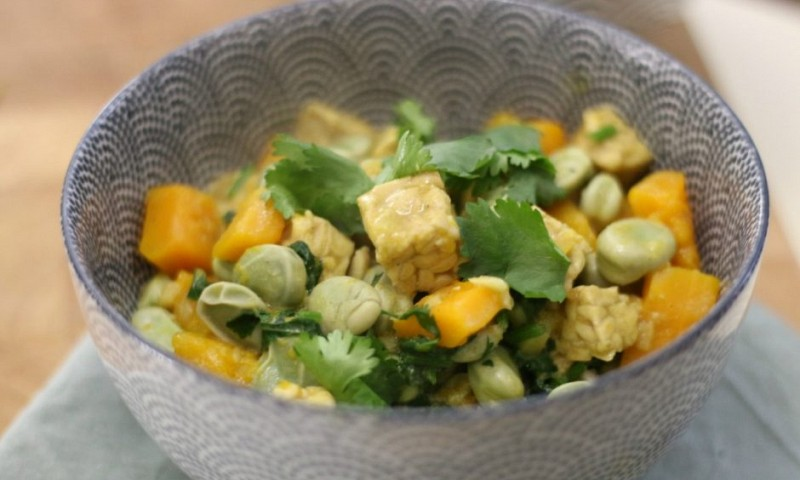 Vegan curry met tempeh en pompoen
