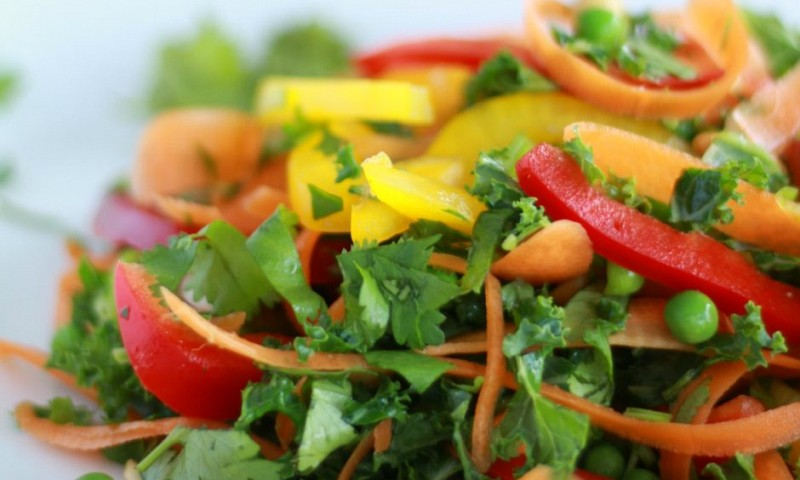 Thaise salade met knoflook-sesamdressing