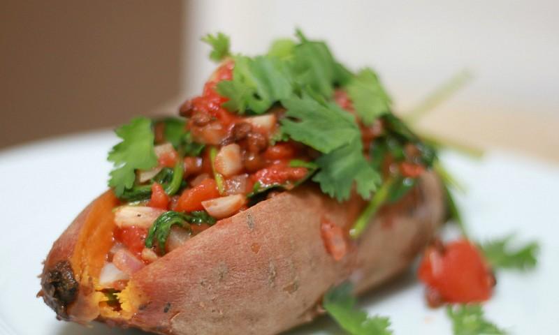 Gevulde zoete aardappel met linzen en zongedroogde tomaat