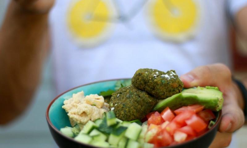 Vegan bowl met quinoa en falafel uit de oven
