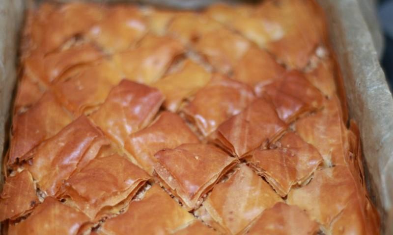 Baklava maken met noten en rozenwater