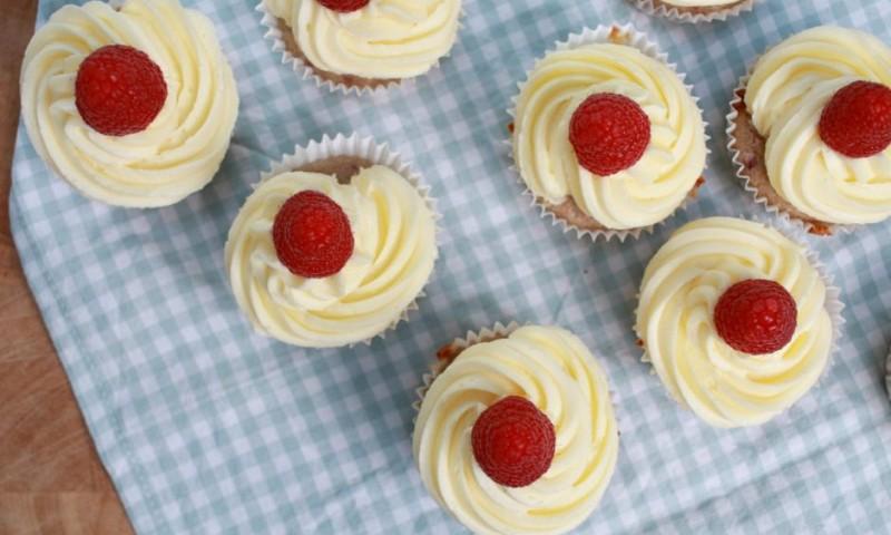 Cupcakes maken met witte chocolade en frambozen (+ video)