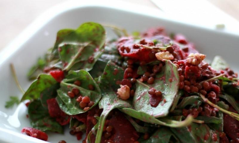 Gezonde rode bieten en linzen salade (+ video)