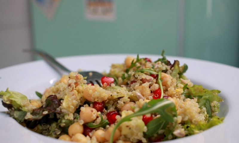 Quinoa salade met avocado en granaatappel (+ video)