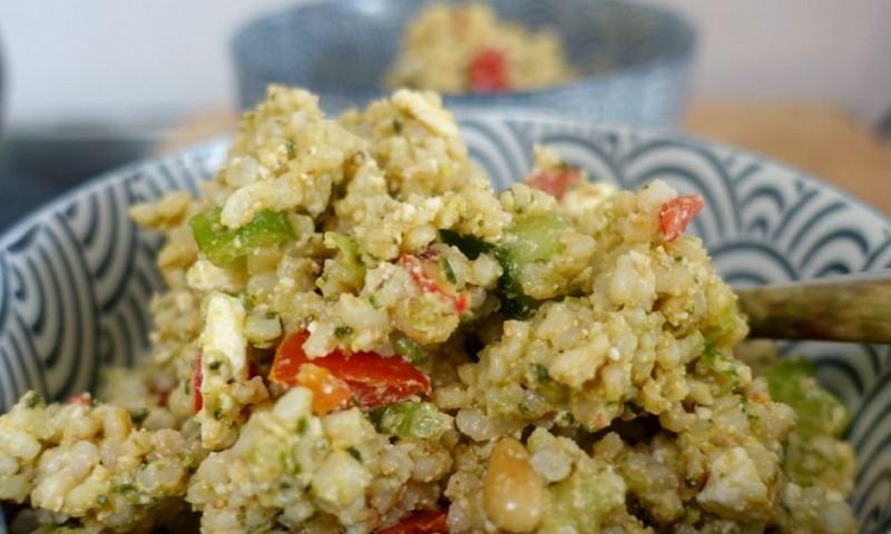 Simpele salade met feta, avocado en pesto