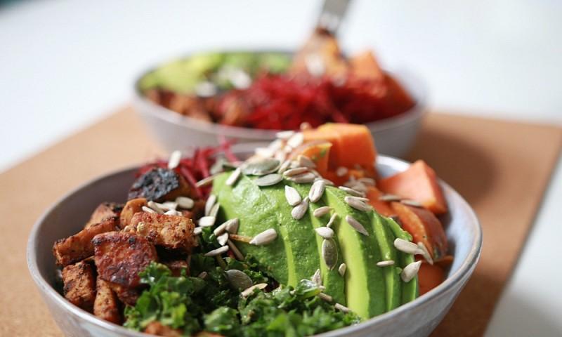 Gezonde salade met tempeh en boerenkool