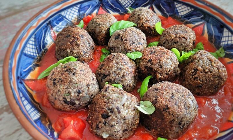 Quinoaballen recept met pittige tomatensaus