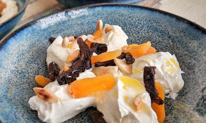 Hangop recept met gedroogd fruit en noten