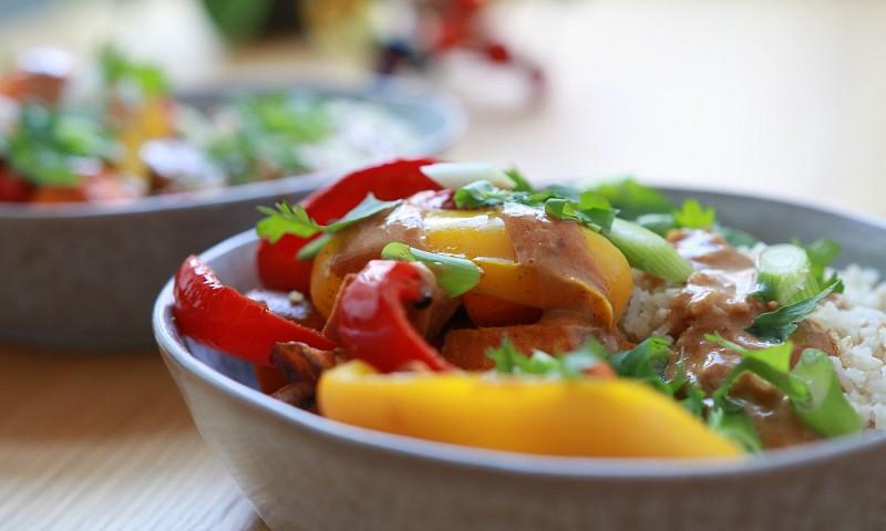 Geroosterde zoete aardappel, paprika & rijst – overgoten met Thaise pindasaus