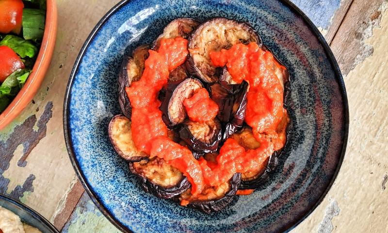 Gebakken aubergine met een saus van geroosterde paprika
