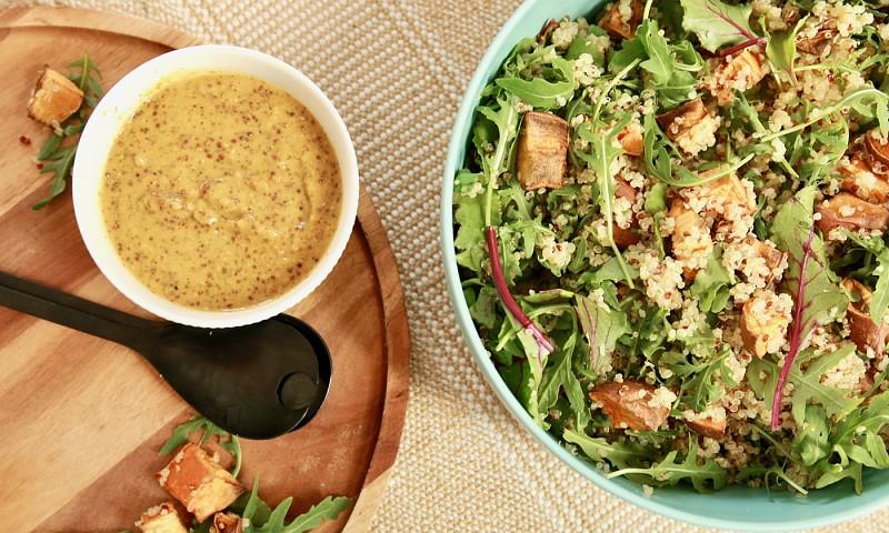 Makkelijke maaltijdsalade met zoete aardappel, quinoa en rucola