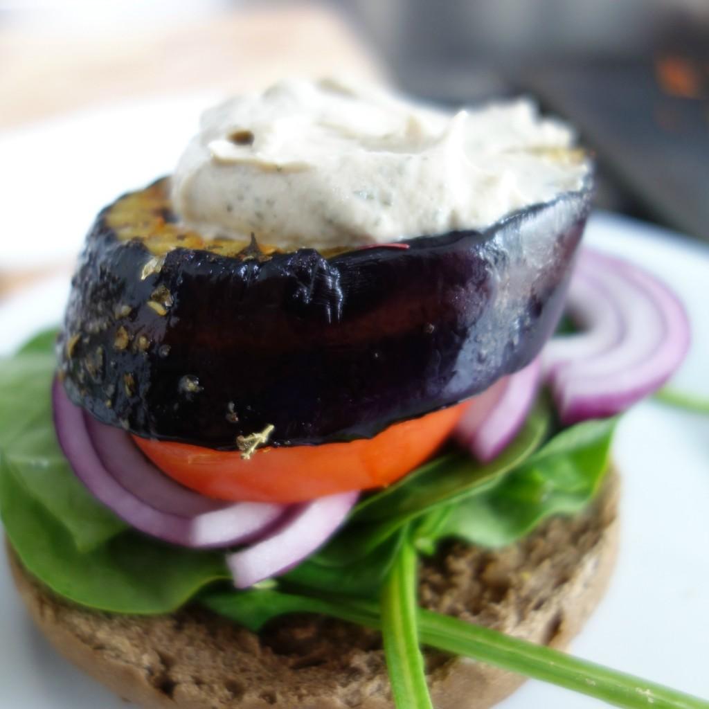 veggieburger met aubergine en hummus