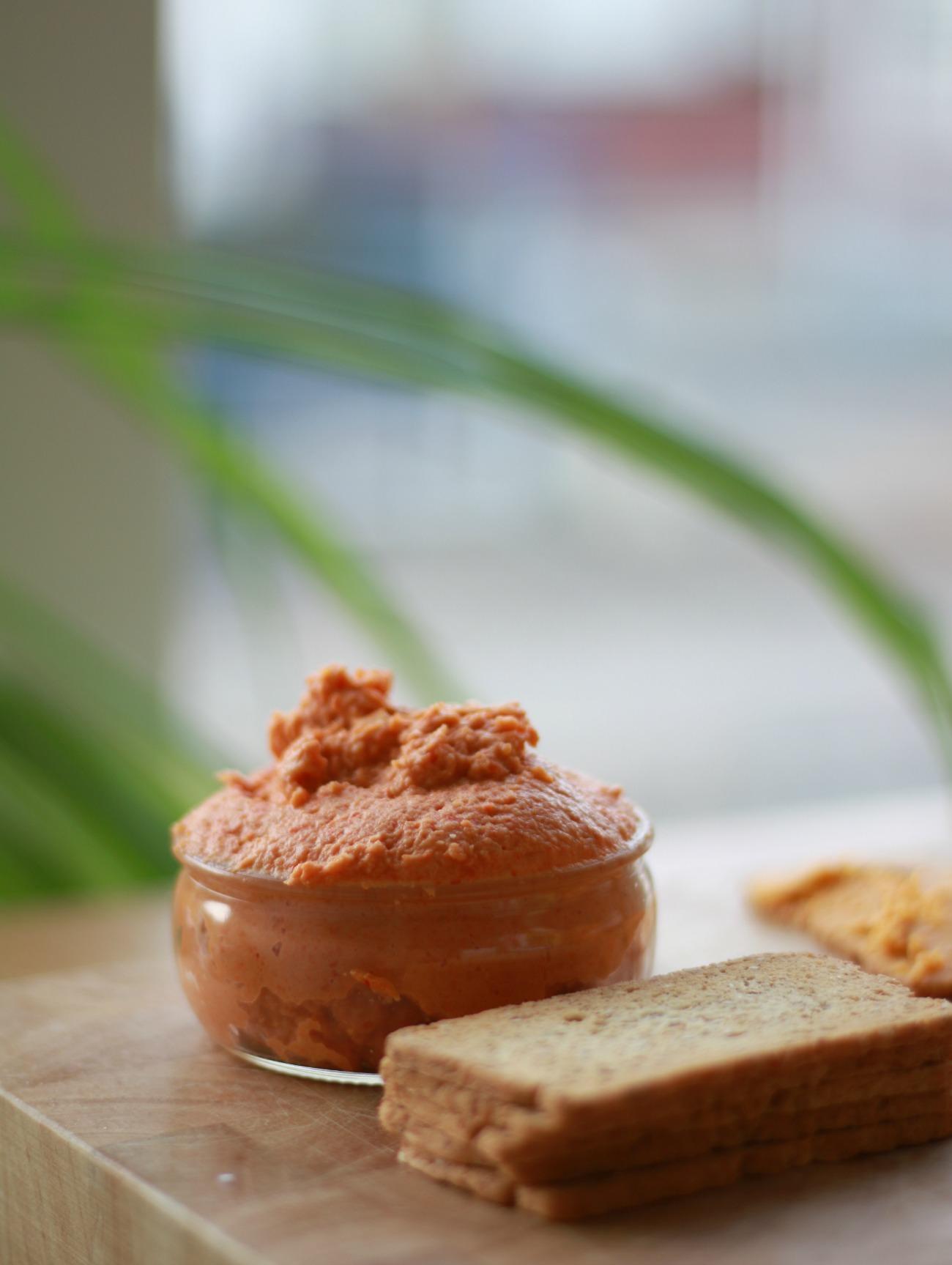 hummus van geroosterde paprika's