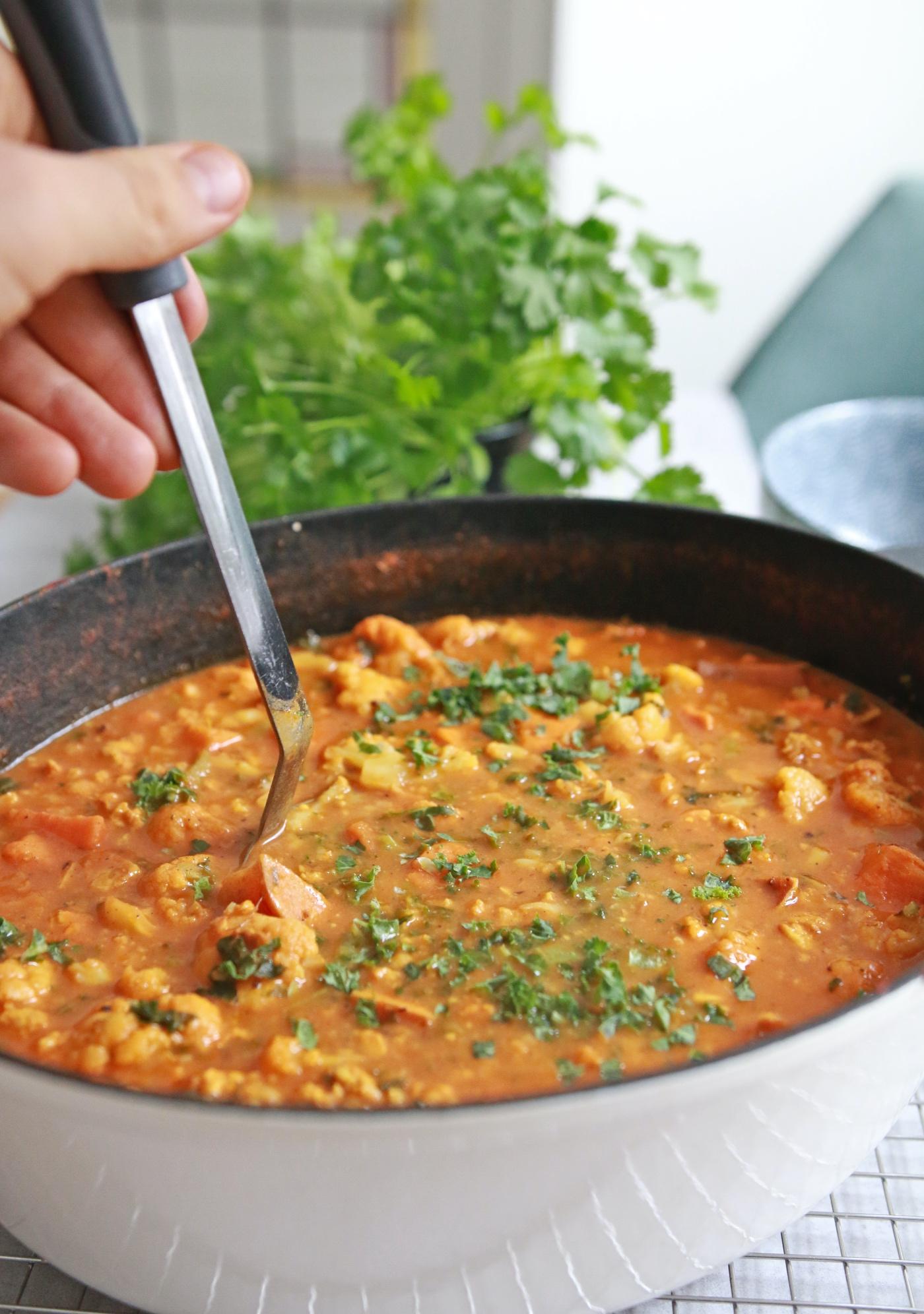 stoofpot recept met tempeh, zoete aardappel & bloemkool