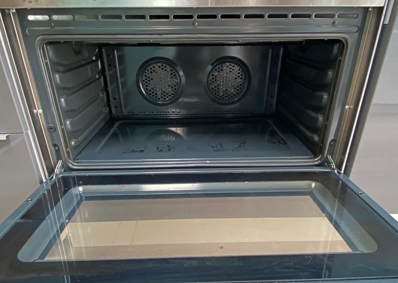 Ta da - de oven is weer een heel stuk schoner.
