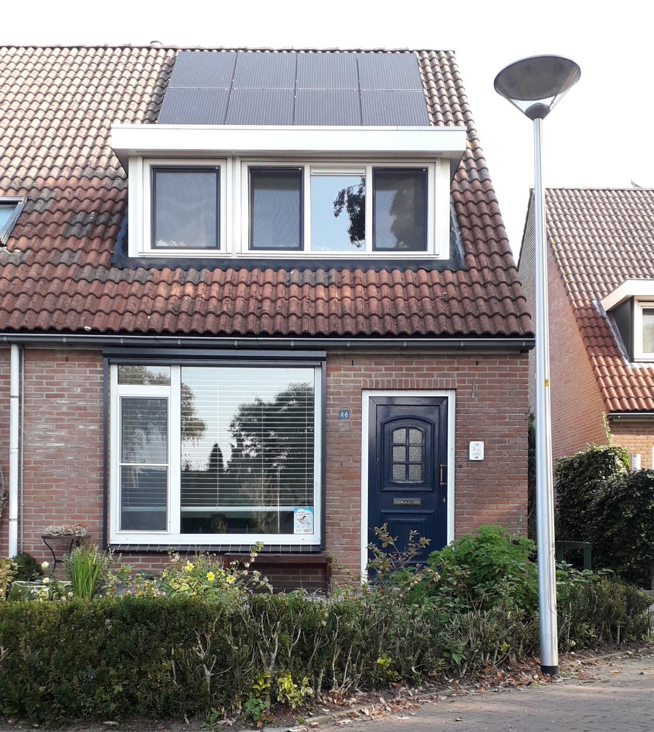 De voorkant van het dak ligt vol met zonnepanelen.