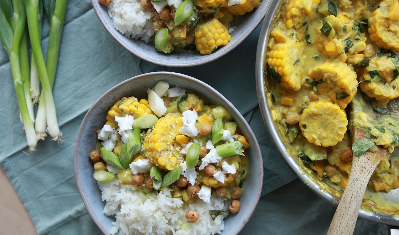 Gele kokoscurry met rijst en vegan feta